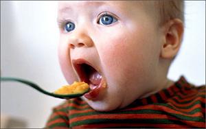Какой прикорм первым дают малышу?
