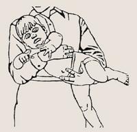 Как держать грудничка на животе?